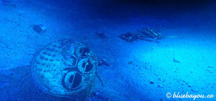 Einzelteile der gesunkenen Titanic, die über den Meeresgrund verstreut sind.
