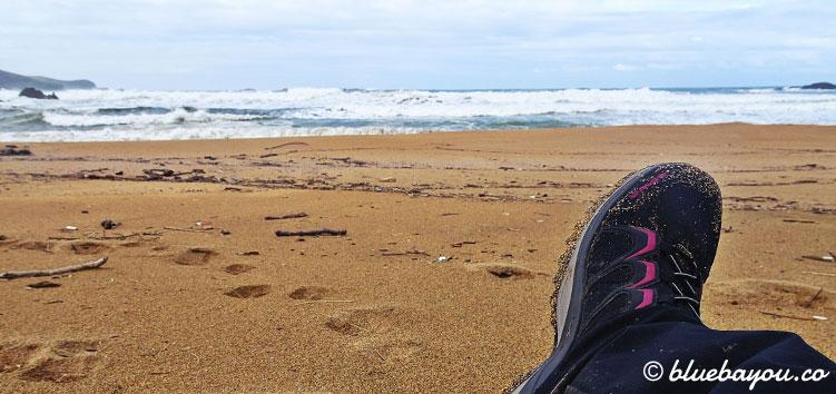 Kurze Pause am Strand entlang des Camino del Norte.