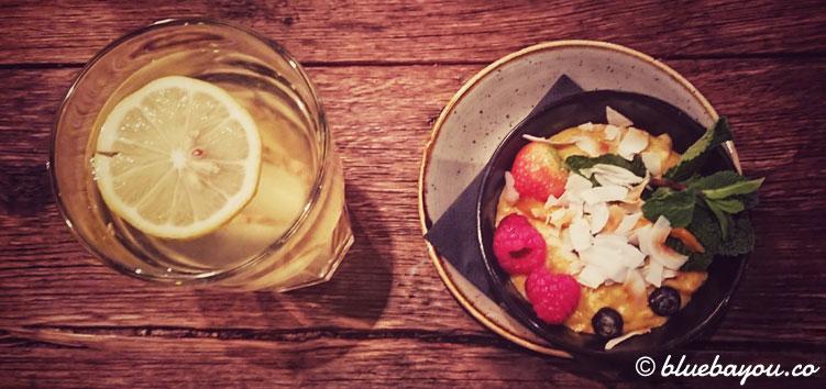 Porridge mit Kurkuma und Obst sowie Wasser mit Zitrone: perfekt geeignet beim Intermittierenden Fasten - auch auf Reisen.