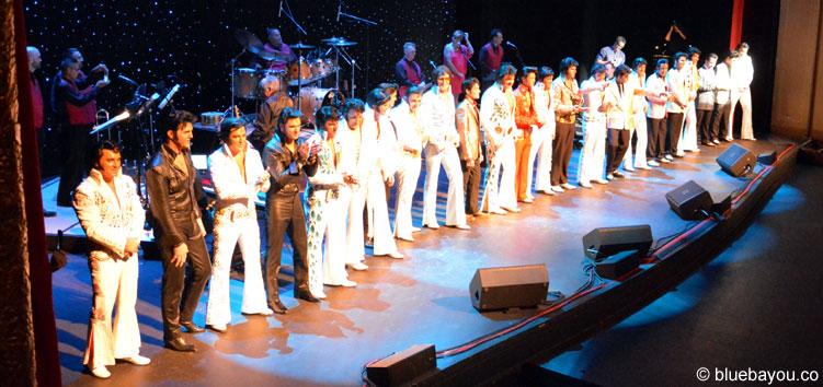 Die Teilnehmer des Ultimate Elvis Tribute Artist Contests im Orpheum Theatre in Memphis.