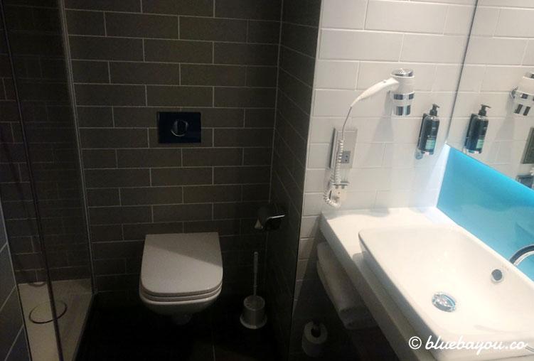 Das Bad im Premier Inn Köln City Süd.