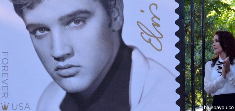 Priscilla Presley sieht den Mann an, den sie einst heiratete: Elvis Presley.
