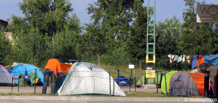 """Ein """"Zimmermädchen"""" für Flüchtlingszelte in Budapest."""