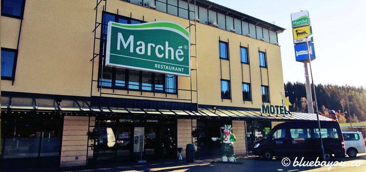 Das Gebäude der Raststätte Hirschberg an der A9 mit Marché Restaurant und Motel.
