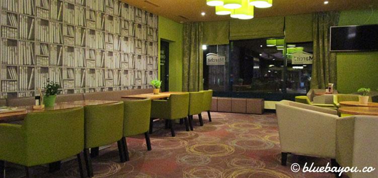 Gemütlicher Café-Bereich des Marché-Restaurants in der Raststätte Hirschberg an der A9 bei Hof.