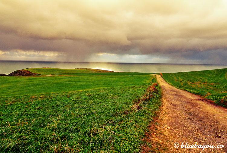 Blick auf das Meer und den Regen entlang des Camino del Norte.