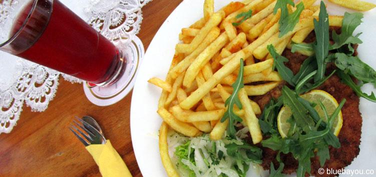 Schnitzel und Pommes im Restaurant Café Voigt auf Schloss Burg.