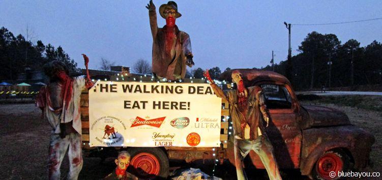 Zombiehafte Werbung eines Restaurants an der Straße in Senoia, Georgia, an deren Ende die Filmstudios sind, in denen The Walking Dead gedreht wird.
