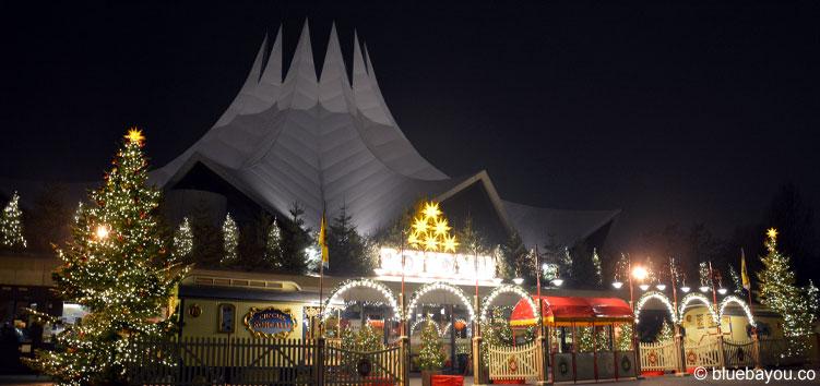 Bereits von außen ist zu sehen, dass es sich beim Roncalli Weihnachtscircus um einen nostalgischen Zirkus handelt.