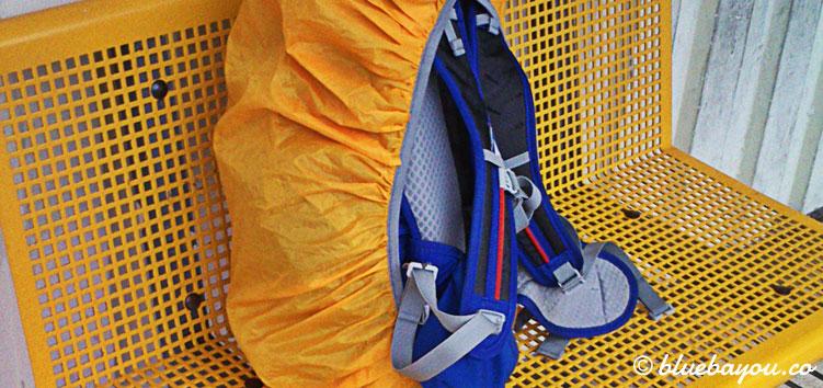 Mein Rucksack auf einer gelben Bank am Bahnhof in Candás.