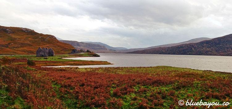Eine Ruine neben einem See in Schottland.