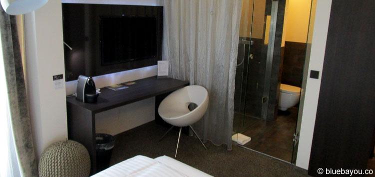 Das komplett gläserne Bad im Saks Design Hotels in Kaiserslautern.