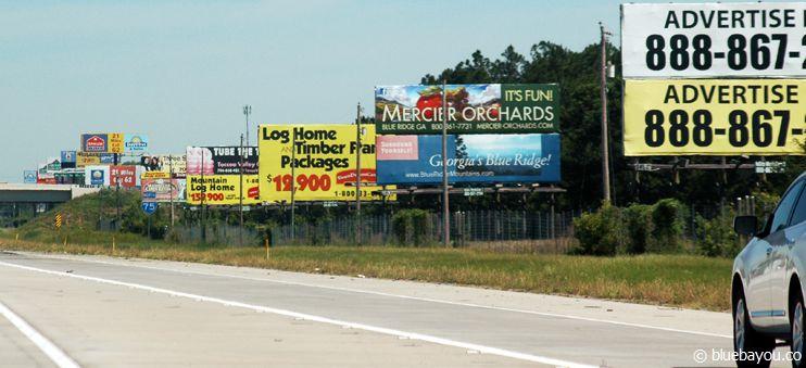 Etliche Werbeschilder schmücken die Seiten von Floridas Interstates. In anderen Staaten findet man das so nur selten.