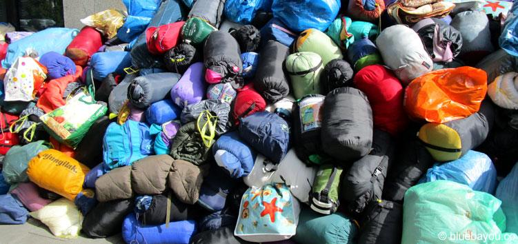 Ein kleiner Teil der Spenden für die in München ankommenden Flüchtlinge - am Infobus.