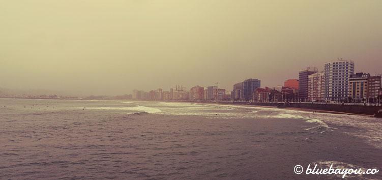 Schlechtes Wetter in Gijón: Blick aufs Meer und die Stadt.