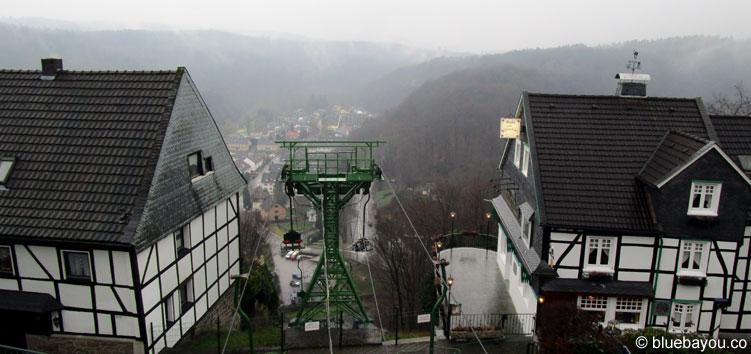 Neben dem Restaurant Café Voigt auf Schloss Burg fährt die Seilbahn zum Stadtteil Unterburg.