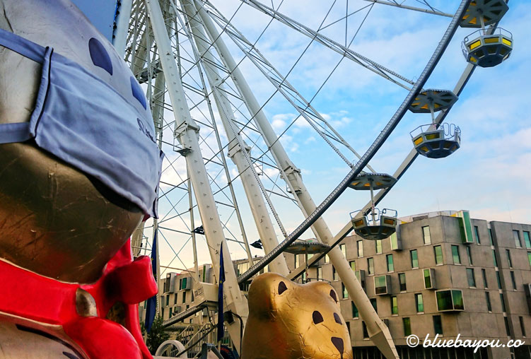 Schokoladenmuseum Köln: Bär mit Maske vor dem Riesenrad.