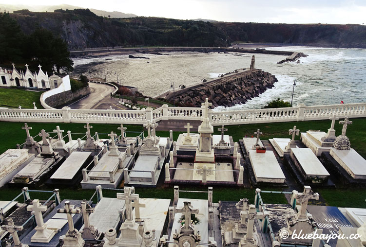 Blick vom Friedhof Severo Ochoa Tomb auf das Meer.
