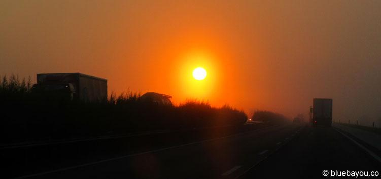 Sonnenaufgang in Ungarn - ohne Flüchtlinge an der Autobahn oder Grenze zu Österreich.