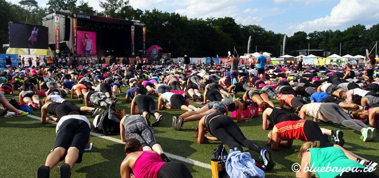 Das Weltrekord-Workout mit über 4.000 Teilnehmern und Sophia Thiel beim World Fitness Day 2017.