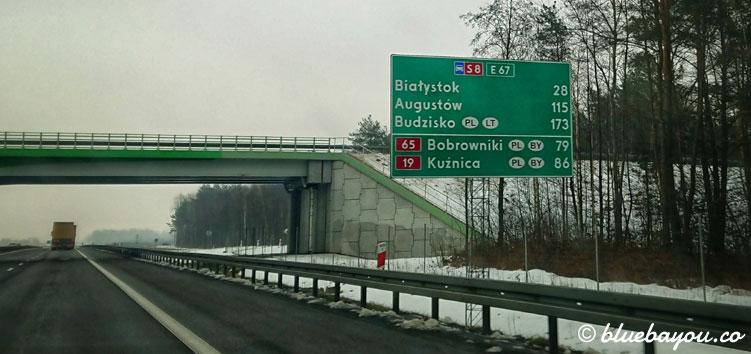 Straßenschild auf der S8 in Polen auf dem Weg nach Litauen mit Beschilderung dorthin sowie nach Weißrussland.