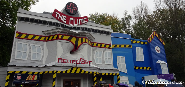 The Clinic in Walibi Holland bei Tag.