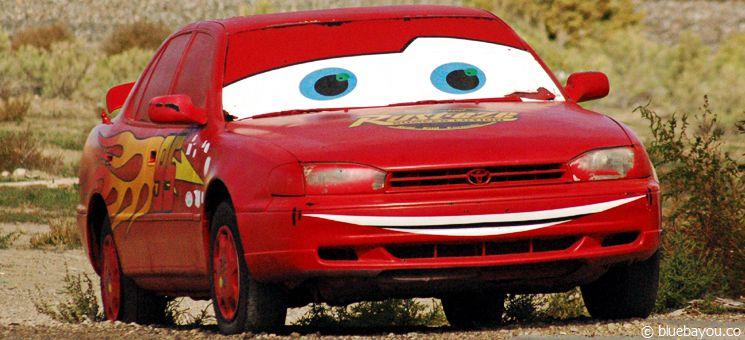 """Ein """"Cars""""-Auto, entdeckt auf einem Roadtrip durchs Nirgendwo in den USA."""