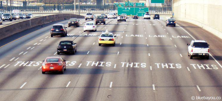 Eine Interstate mit sieben Spuren in den USA.