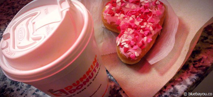 Dunkin' Donuts verkauft zum Valentinstag verschiedene Donuts in Herzform.