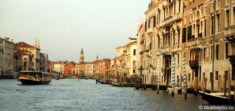 Blick vom Boot auf eine typische Wasserstraße in Venedig.