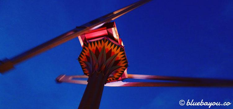 """""""Vertigo"""" von unten. 5 g erlebt man in dieser Attraktion in Tivoli, Kopenhagen."""