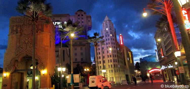 Der Walt Disney Studios Parks in Paris am Abend mit Filmkulisse und dem Tower of Terror.