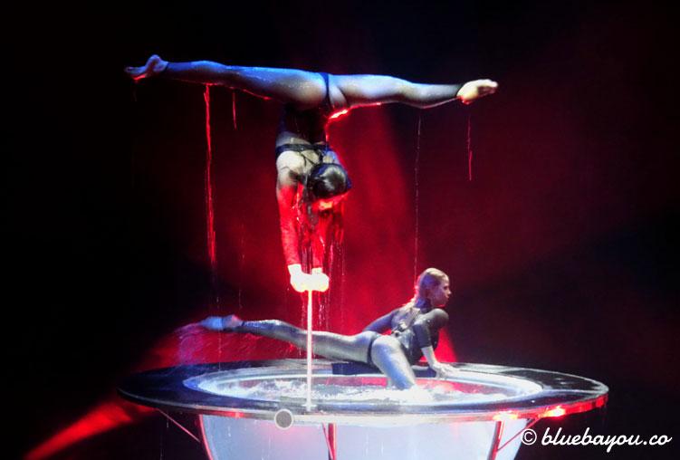 Fantastische Artistik zweier Damen im Waterbowl und auf dem Rand bei Flic Flac.