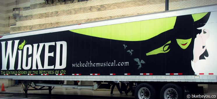 Wicked Musical on Tour: Werbetruck vor dem Fox Theatre in Atlanta.