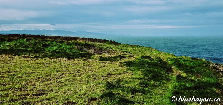 Grüne Wiese vor der spanischen Küste.