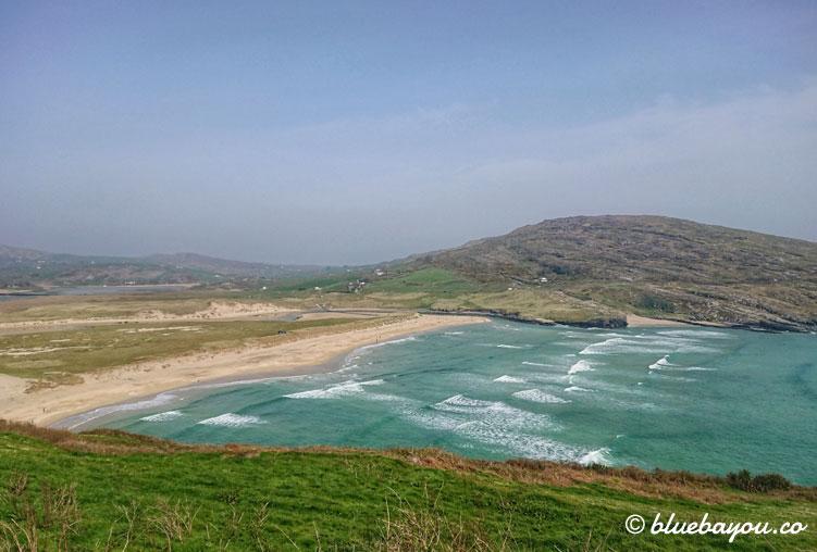 Fernblick auf eine Strandbucht des Wild Atlantic Way in Irland.